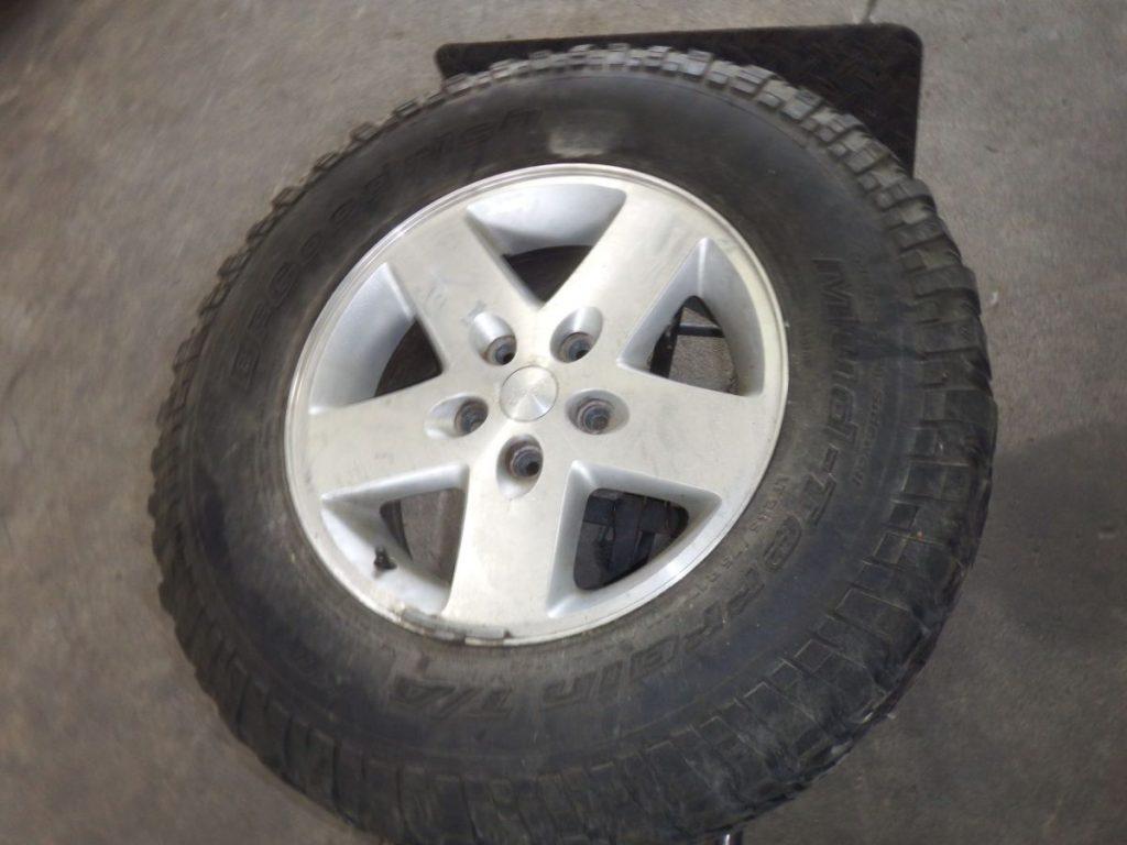 JK Rubicon 17x8 Spare Wheel Tire Rim 255 75 17 50 Image